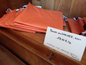 Orange refill bags and a price tag in German.